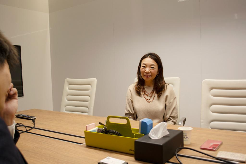 キャリアコンサルタントのみさきじゅり氏 インタビューカット(右)