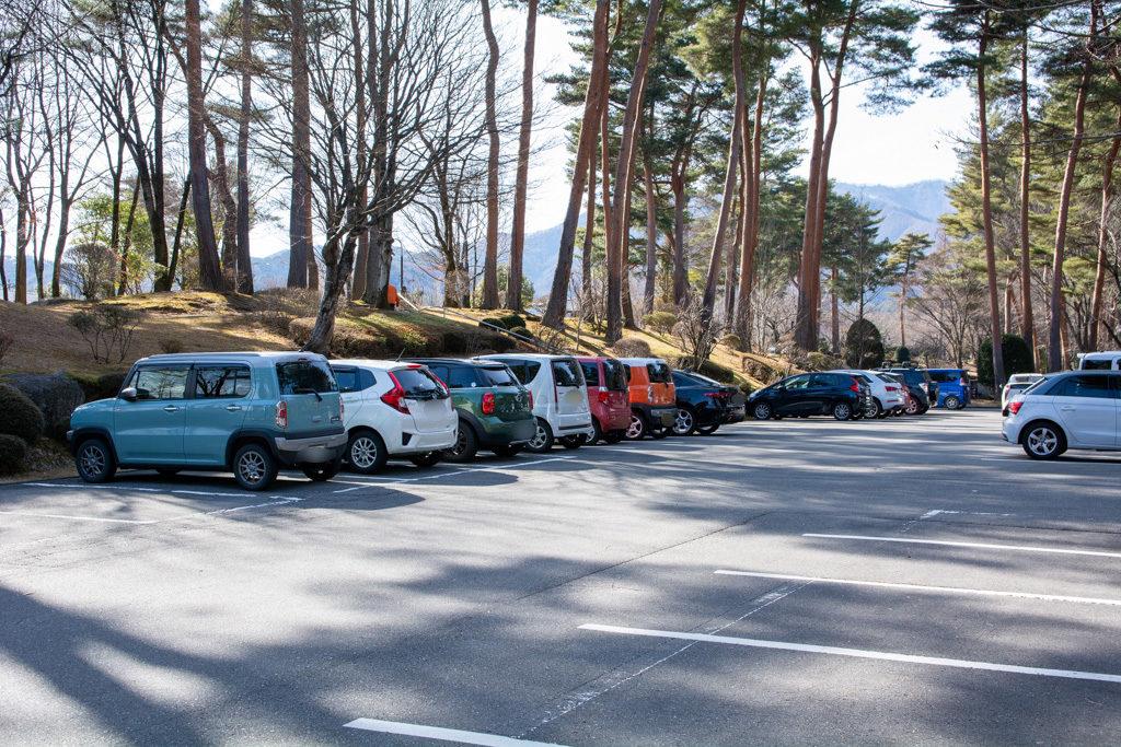 本社駐車場で環境配慮が徹底されていることを示す写真
