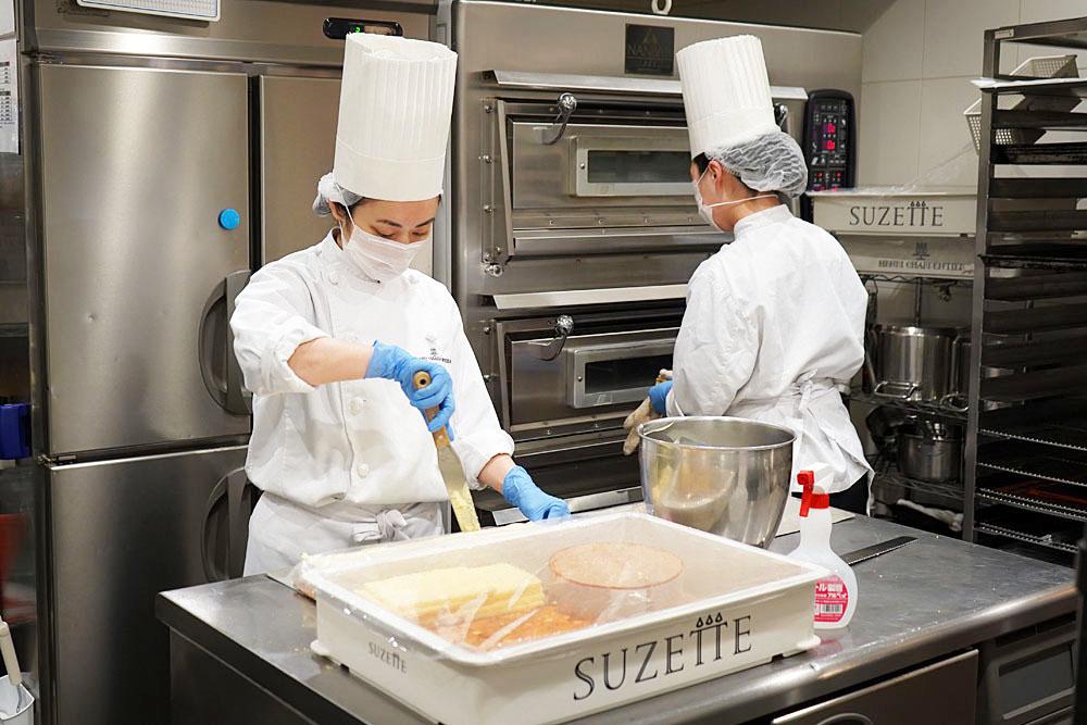 銀座メゾン店で洋菓子を作るスタッフ