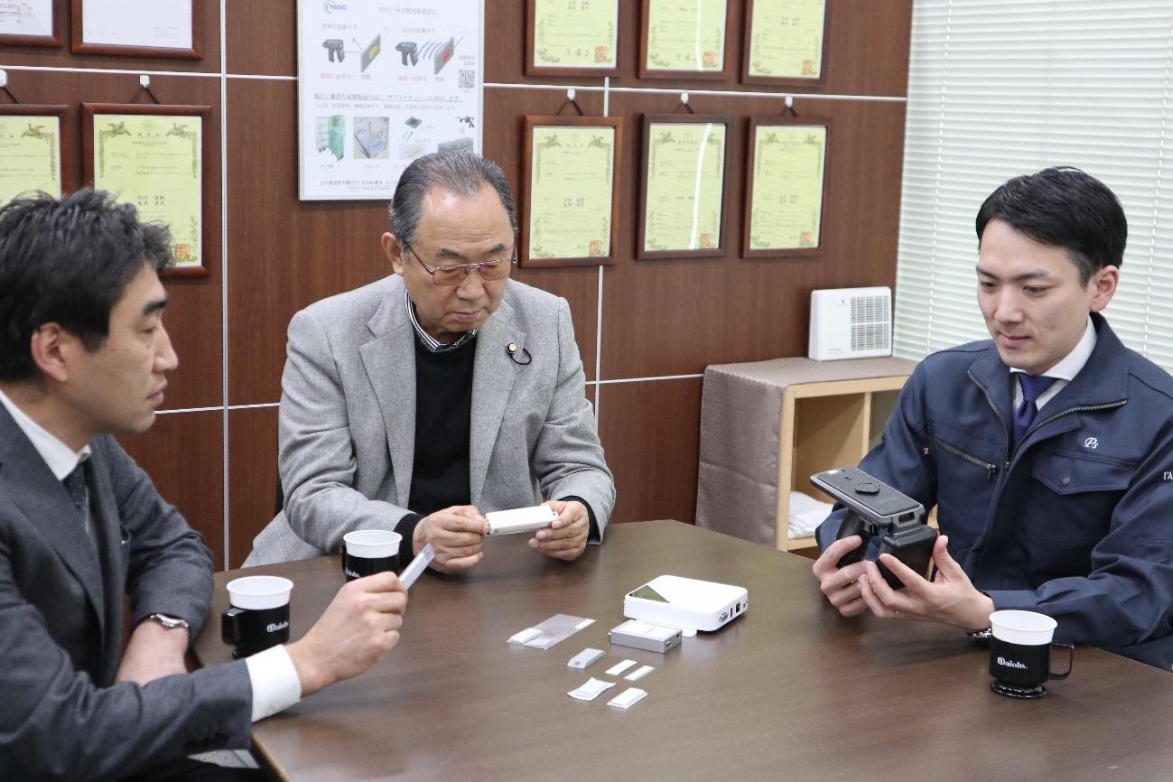 中央 代表取締役社長・金岡久夫さん、左 専務取締役管理部長・高畠達也さん、右 取締役営業部長・山本佑樹さん
