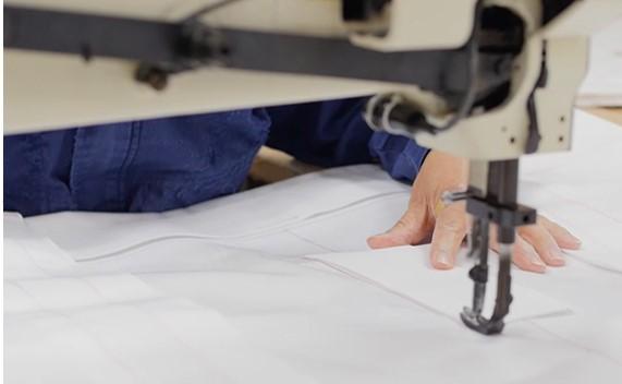 製織から加工までワンストップ製造、お客さまの機械の仕様に合わせてフィルターを裁断~縫製