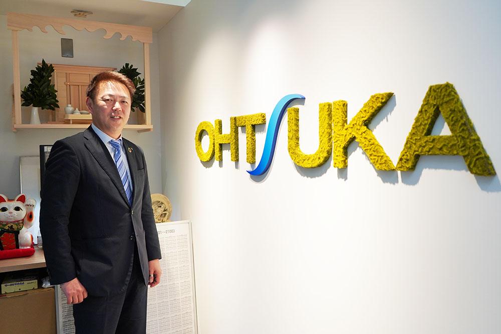大塚実業株式会社のエントランスで撮影された大塚社長の写真