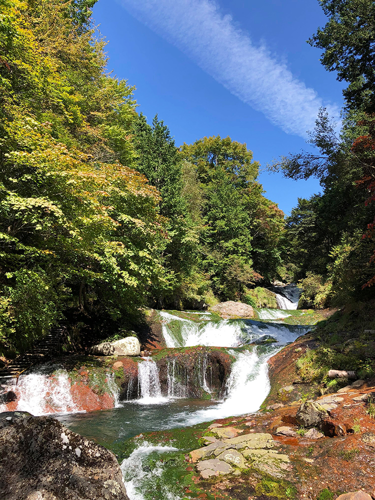 明治温泉の横を流れる渓谷おしどり隠しの滝