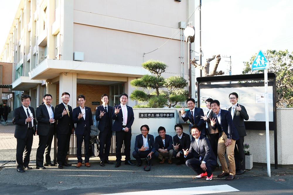 PICCメンバーとの学校の正門前で記念撮影