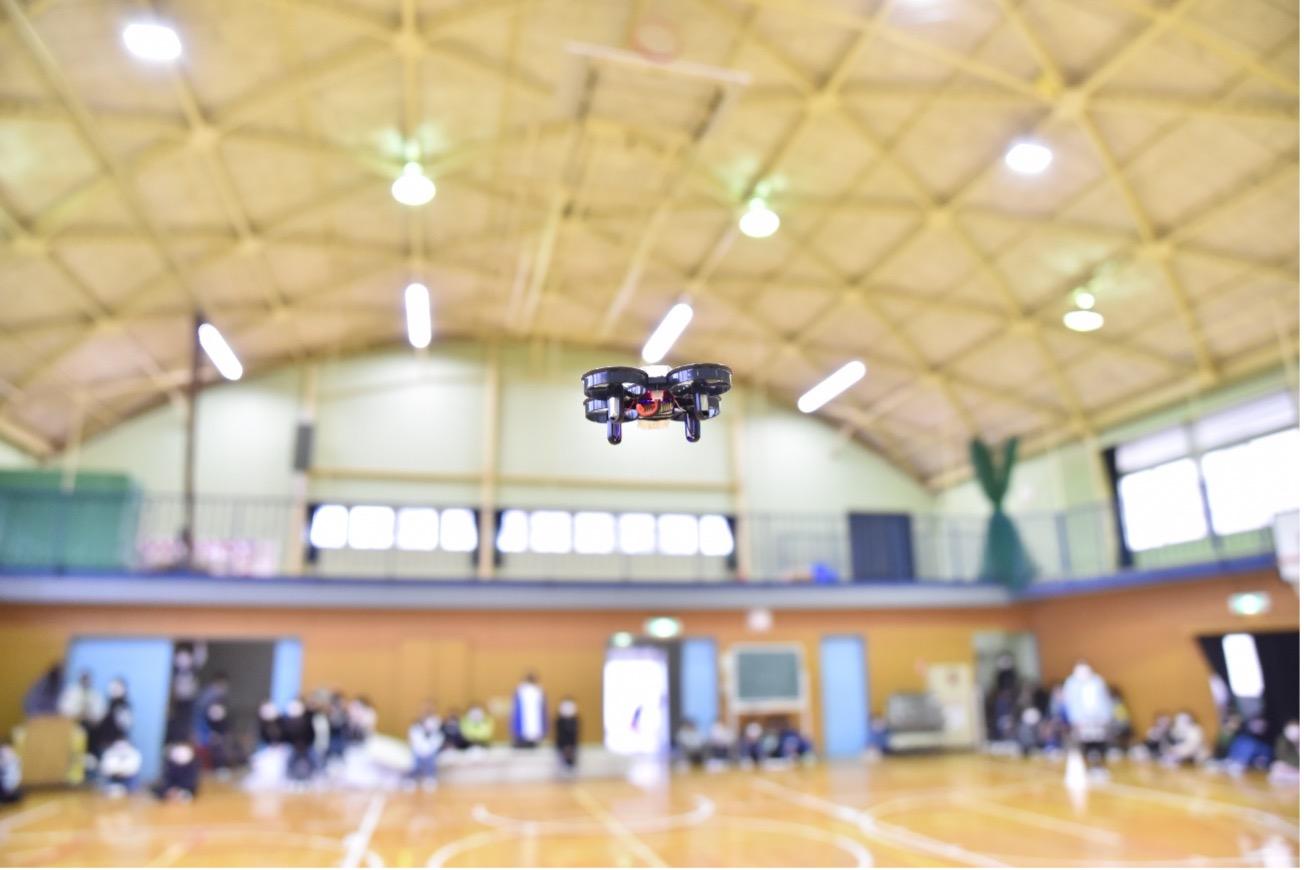 体育館内でのドローン飛行の様子