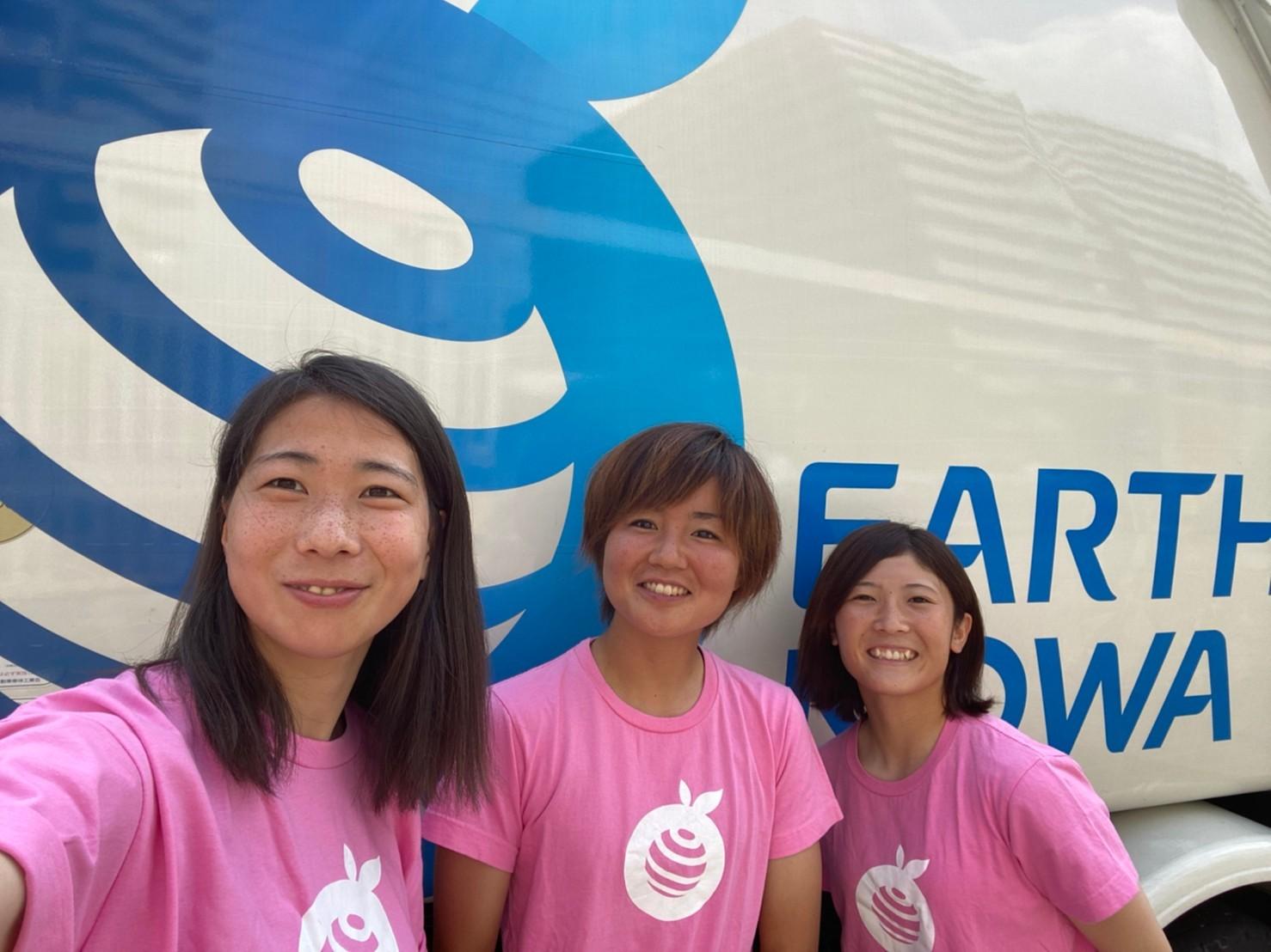 興亜商事株式会社社員兼女子サッカー選手3名の写真