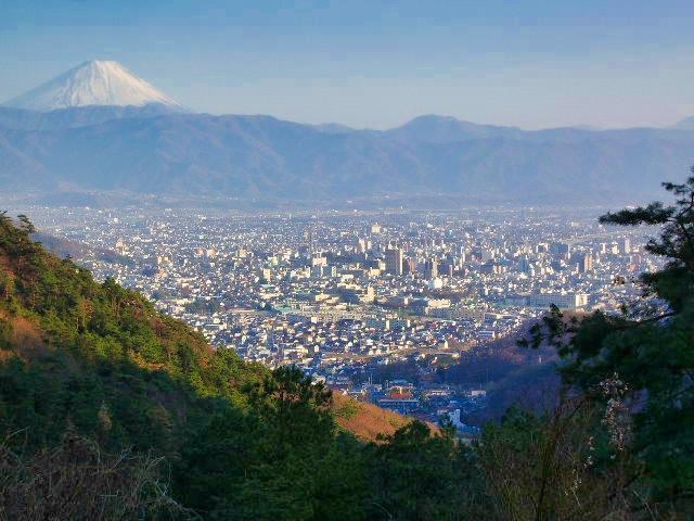 山梨県甲府市からの富士山の眺め