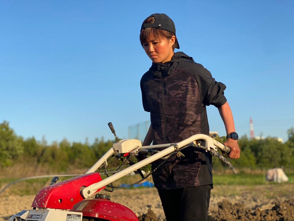 農業に真剣に取り組む女子サッカー選手