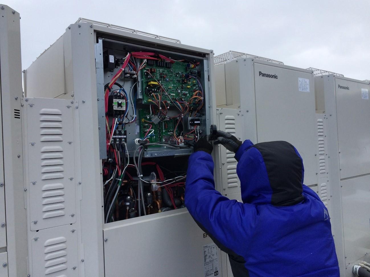 デマンドコントロールシステムの電力監視工事の様子